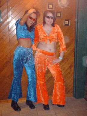 6af5a23cb2a4 Tee shirt, veste or, pantalon, casquette, Disco bleu et orange. Tee shirt,  pantalon, ceinture argent ...